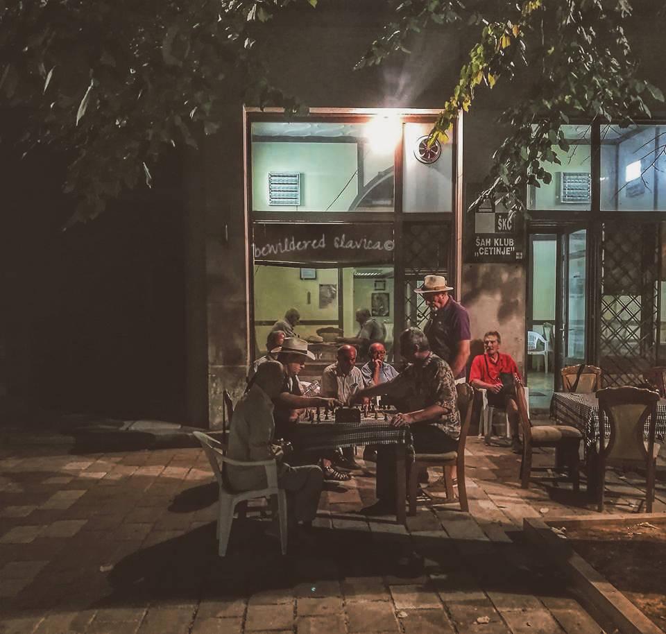 Zdjęcie z Czarnogóry, ale jak najbardziej aktualne i w Serbii! Dobre towarzystwo ponad wszystko cetinje sah klub szachy kafana