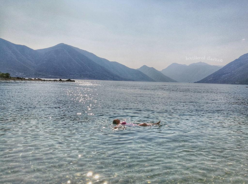 Mała, dzika plaża w okoliach Kotoru