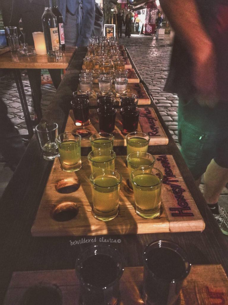 szoty rakiji na ulicy w Belgradzie rakia shots vodka homemade serbian serb belgrade skaradlija
