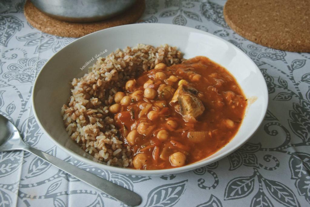 Nie wygląda to pysznie, ale jest fantastyczne! gulasz resztek resztki z potrawka ratatouille cukinia co zrobic przepis ugotwac szybki obiad pszenica ryz ciecerzyca cieciorka pieczarki seler pomidor cerata mandala obrus miska ikea