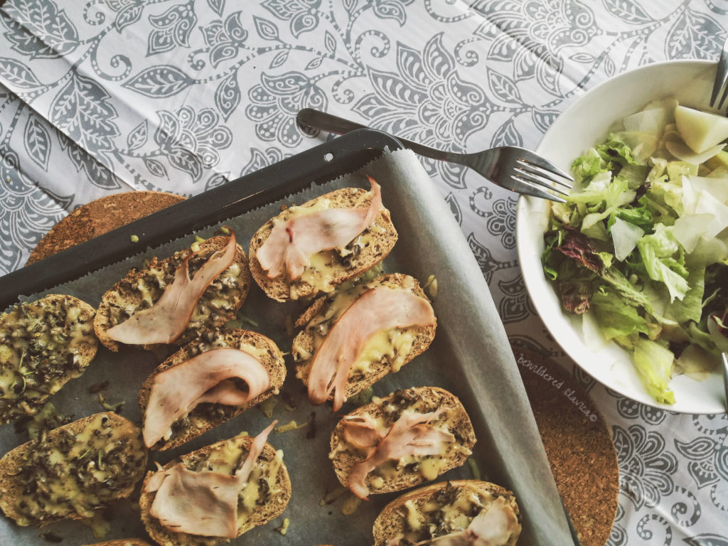 Stare bułki, reszta sera i indyka oraz przemarznięte pieczarki. Śniadanie idealne