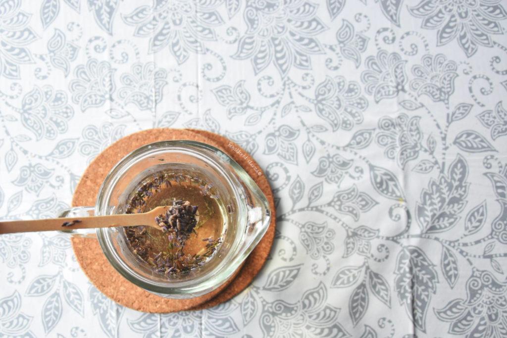 lemoniada napj lawendowy drink lavender lavanda napitak bolest choroba depresja na dobranoc bezsenność miód dzbanek szklany podkładka korkowa drewniana łyżeczka mieszadełko