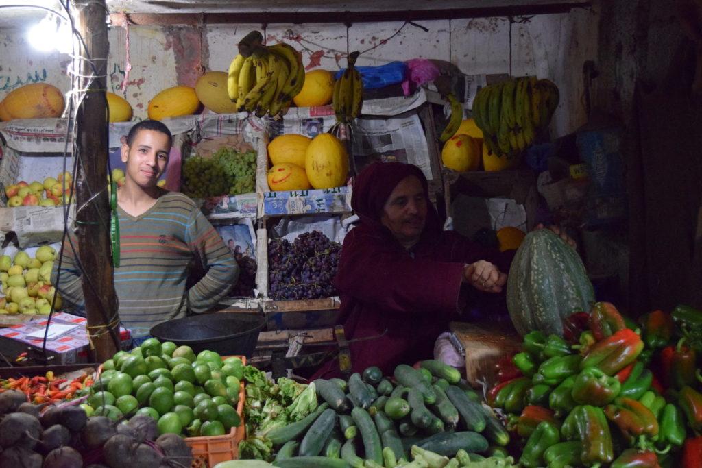 Sprzedawcy warzyw na bazarze w Guelmim