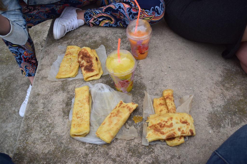 Śniadanie w biegu, msmen, wielowarstwowe naleśniki z serkiem topionym i świeże soki