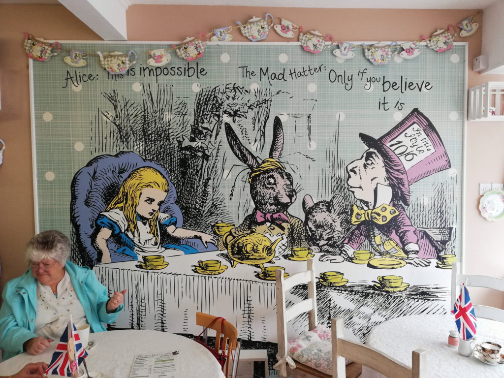 mad quote impossible believe hatter tea rom kawiarnia alicja krainie czarow alice wonderland unique coffee shop withernsea bewildered slavica klup polek polka anglia uk mama emigracja expat slowianka slavic girl travel north sea morze polnocne wielka brytania what to seee co zobaczyc nieoklepane miejsca camping glamping anglia