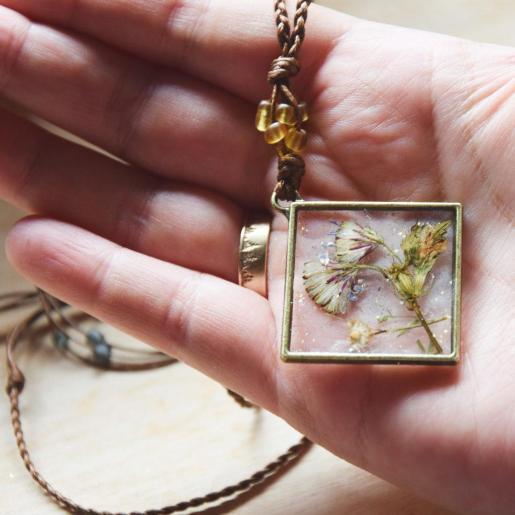 pendant necklace rsin pressed flower rucni rad rękodzieło etsy polskie naszyjnik żywica suszone kwiaty słowiańskie natura