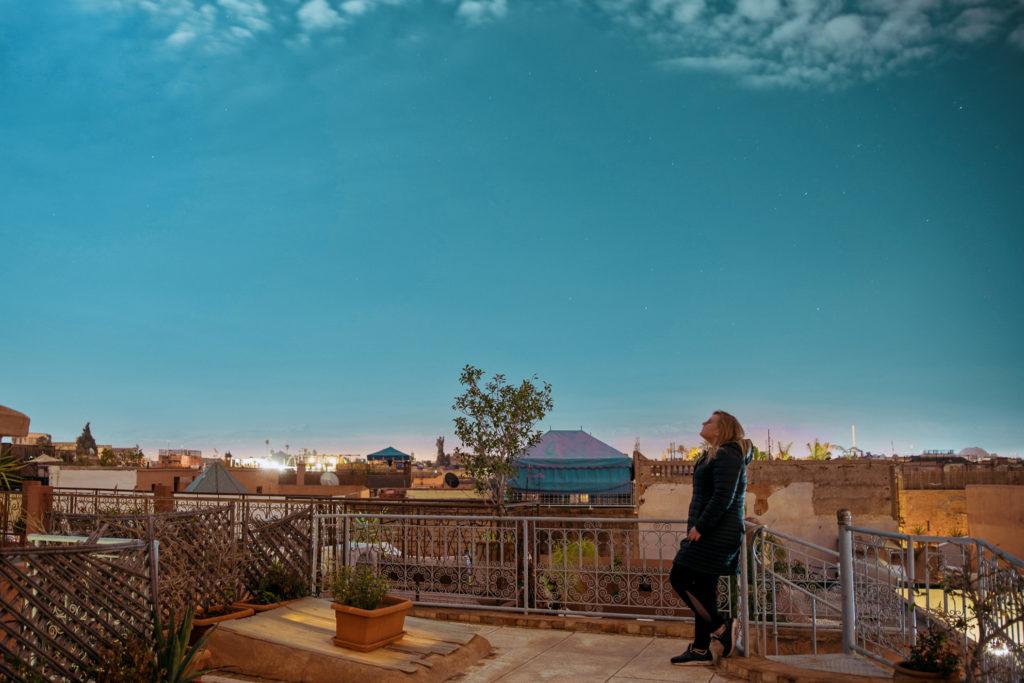pełnia new moon księżyc słowianka slavic girl przesilenie wiosenna równonoc riad marakesz marrakech hibiscus