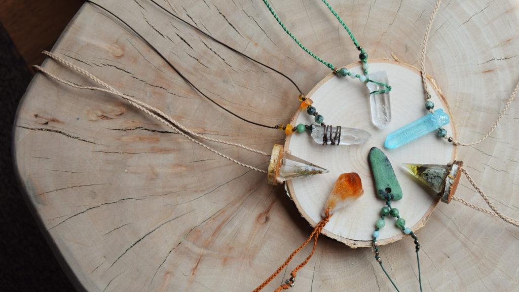 biżuteria z kamieni naturalnych minerałów minerał angel aura kwarc kryształ górski naszyjnik rękodzieło etsy plener slavica cytryn macrame zoisyt zywica