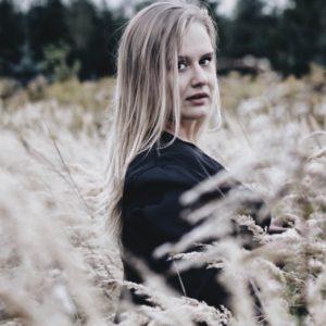 Cześć, zdravo! Mam na imię Monika i obecnie mieszkam w Szwecji. Z wykształcenia jestem nauczycielką języka angielskiego, chociaż na co dzień raczej posługuję się serbskim;). Z wyboru wielokrotna emigrantką (Maroko, Serbia, Szwecja). Z zawodu tworzę rękodzieło i tłumaczę. Z zamiłowania zbieram zioła i odkrywam przed sobą i Wami swojskie smaki słowiańskiej i leśnej kuchni. Dołączycie?