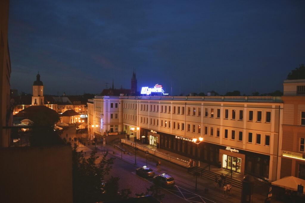 Widok z balkonu naszego apartamentu booking airbnb białystok rynek główny