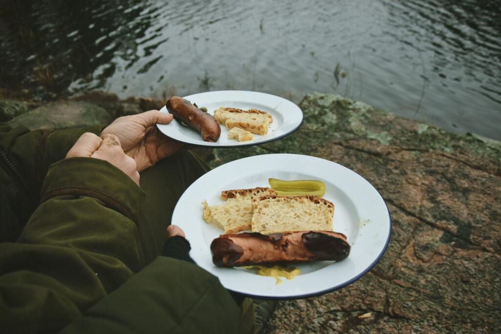 biwak szweccja w szwecji las skogen allemansratten chleb na zakwasie talerz emaliowany milworld